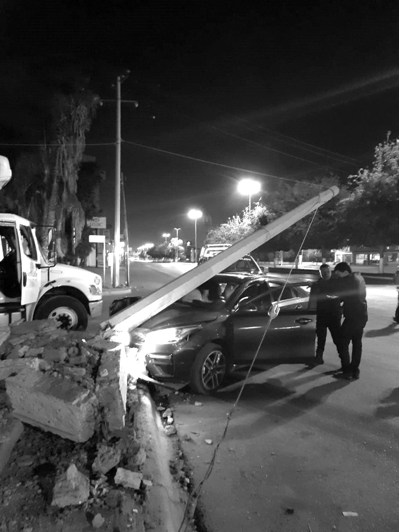Hombre pierde el control del volante y choca con poste