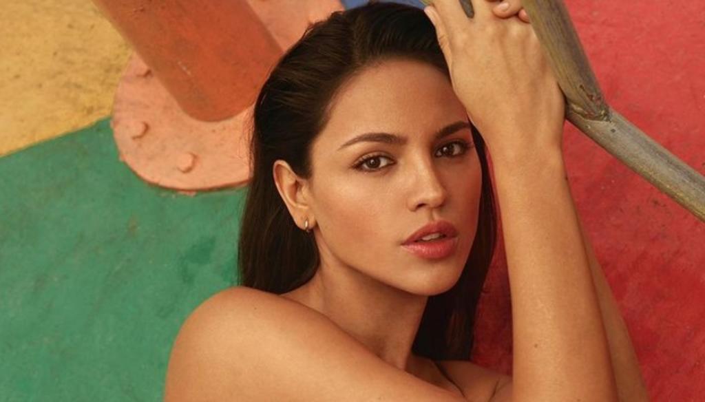 Eiza González posa en topless desde una piscina