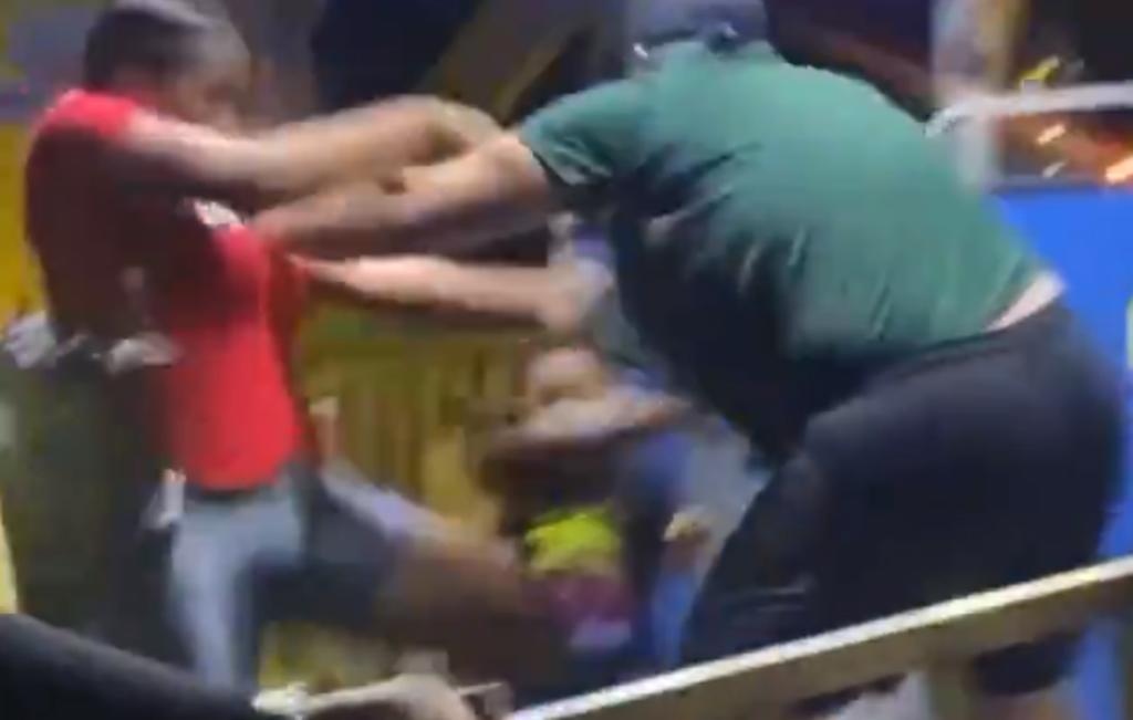 Multitud golpea a operador de juego mecánico que atacó a una mujer