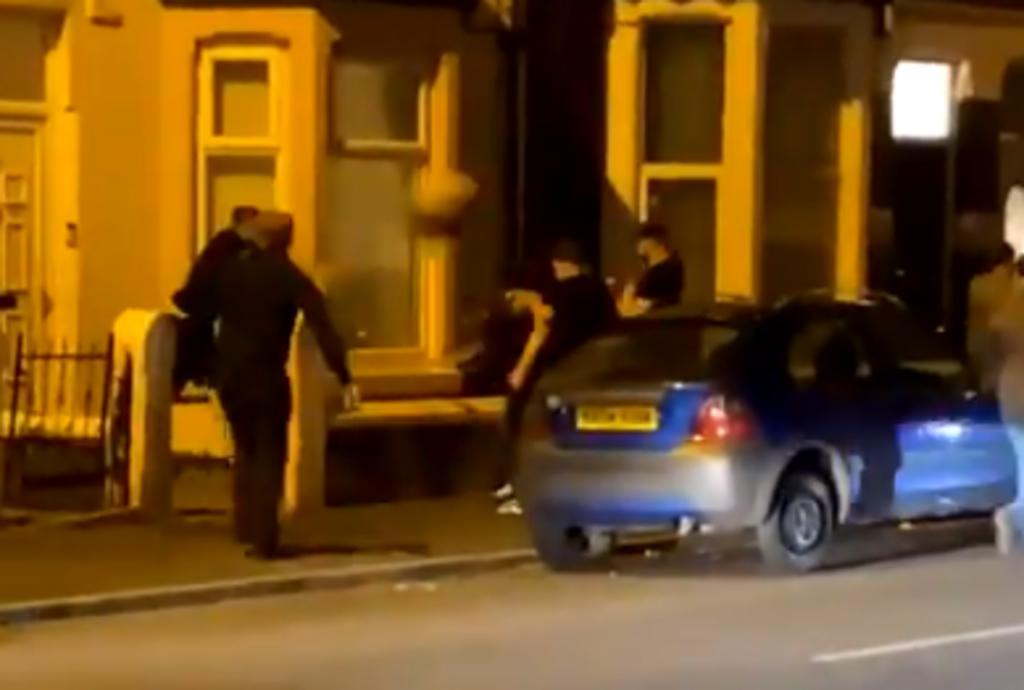 Hombre arroja maceta de cerámica hacia sus rivales durante pelea callejera y se vuelve viral