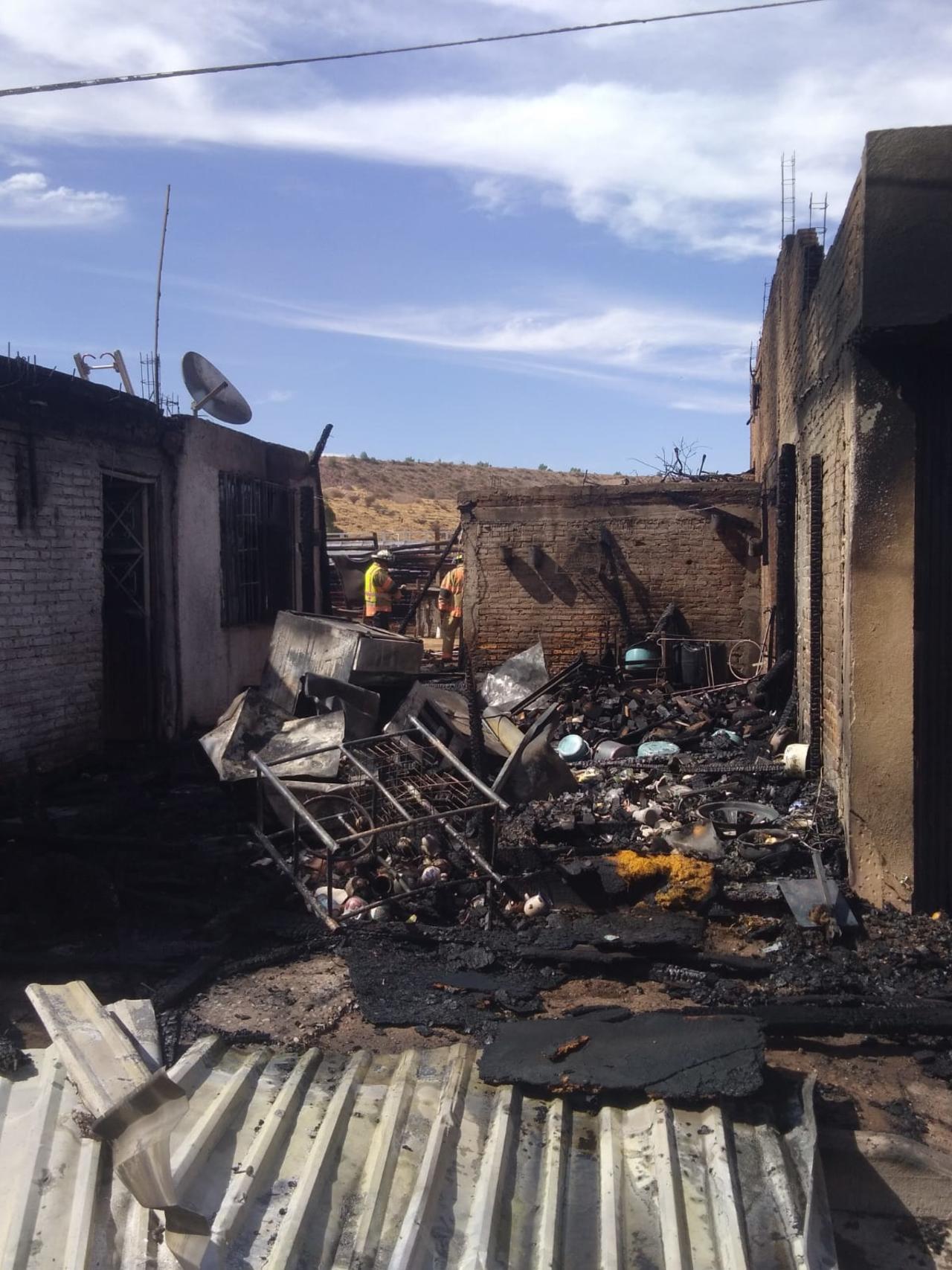 Fuego acaba con par de viviendas de materiales frágiles