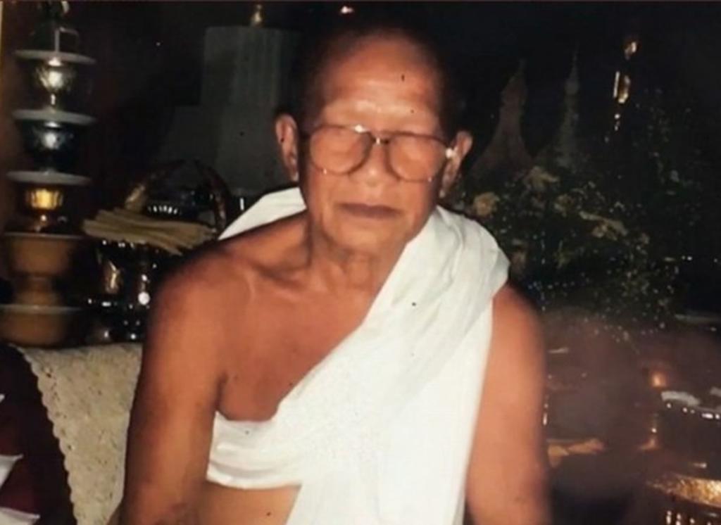 Monje budista se corta la cabeza con una guillotina
