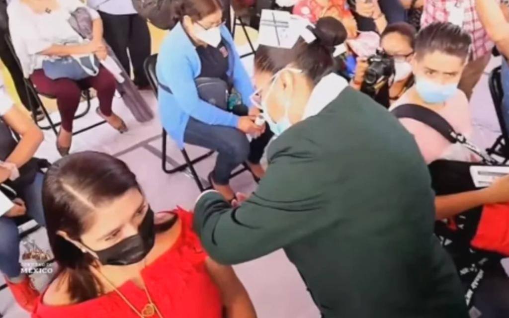 Inicia vacunación antiCOVID para maestros mexicanos