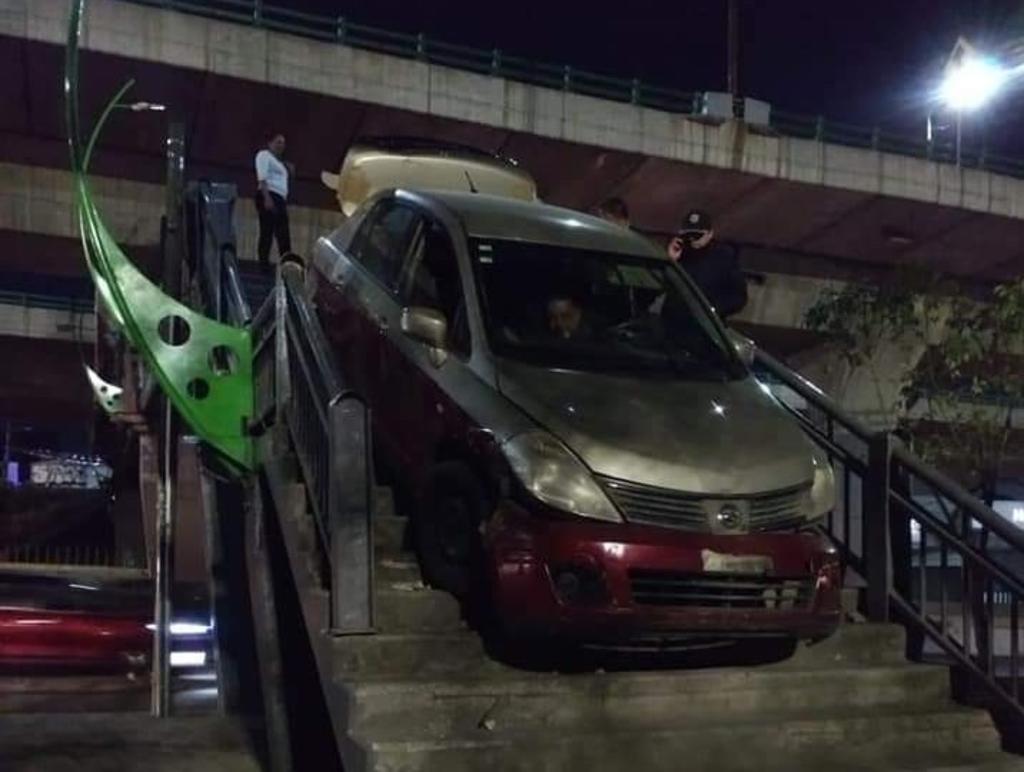 Taxista queda atorado al intentar cruzar puente peatonal con su vehículo