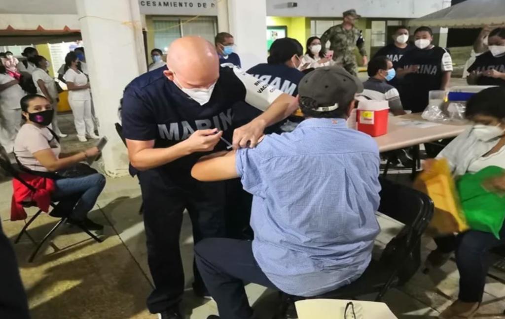 Con largas filas, inicia vacunación de maestros en Veracruz