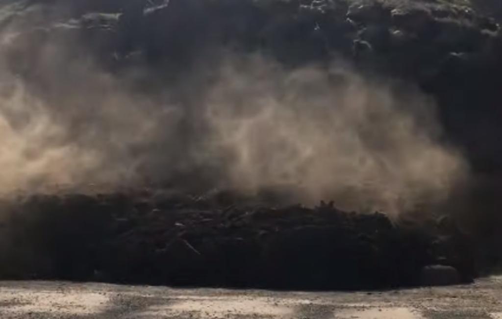 Mujer por poco es sepultada por un derrumbe en una playa