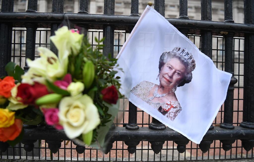Festeja Isabel II 95 años en duelo