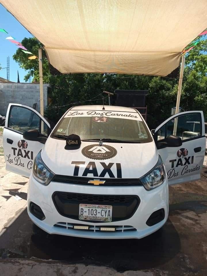 Colocan imagen de Los Dos Canales en taxi de Parras, Coahuila