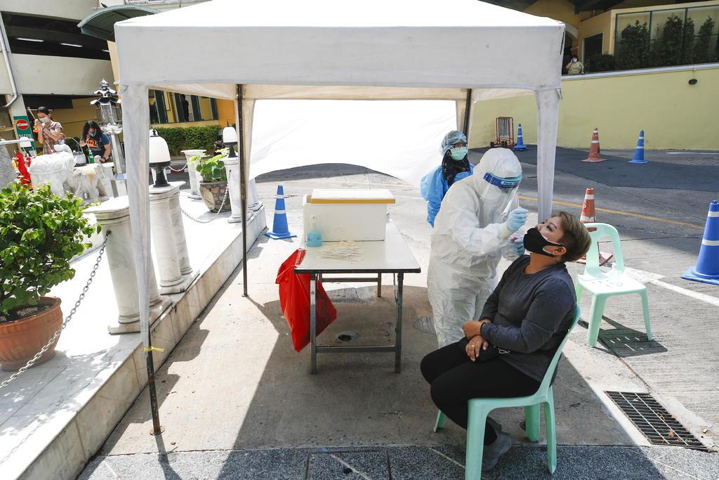 Casos de COVID semanales bajan por primera vez desde febrero en el mundo