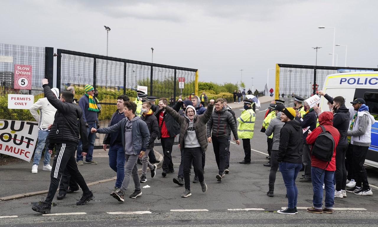 Manchester United niega haber dejado pasar a los aficionados a Old Trafford