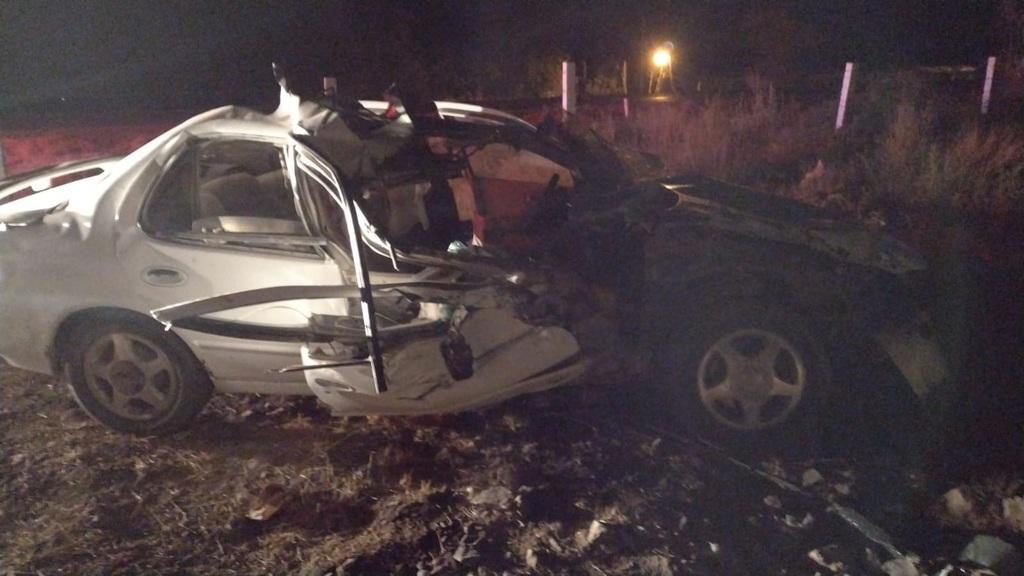 Vehículo choca de frente con tráiler sobre carretera libre Gómez Palacio-Durango