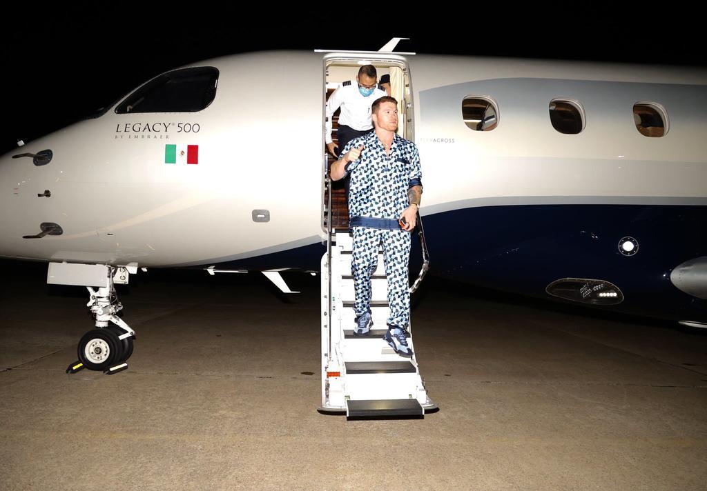 'Canelo' llega a Texas previo al duelo ante Saunders con lujosa pijama