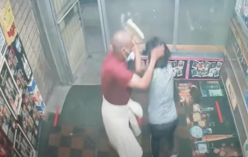 Mujeres asiáticas son golpeadas con bloque de cemento mientras cerraban su negocio