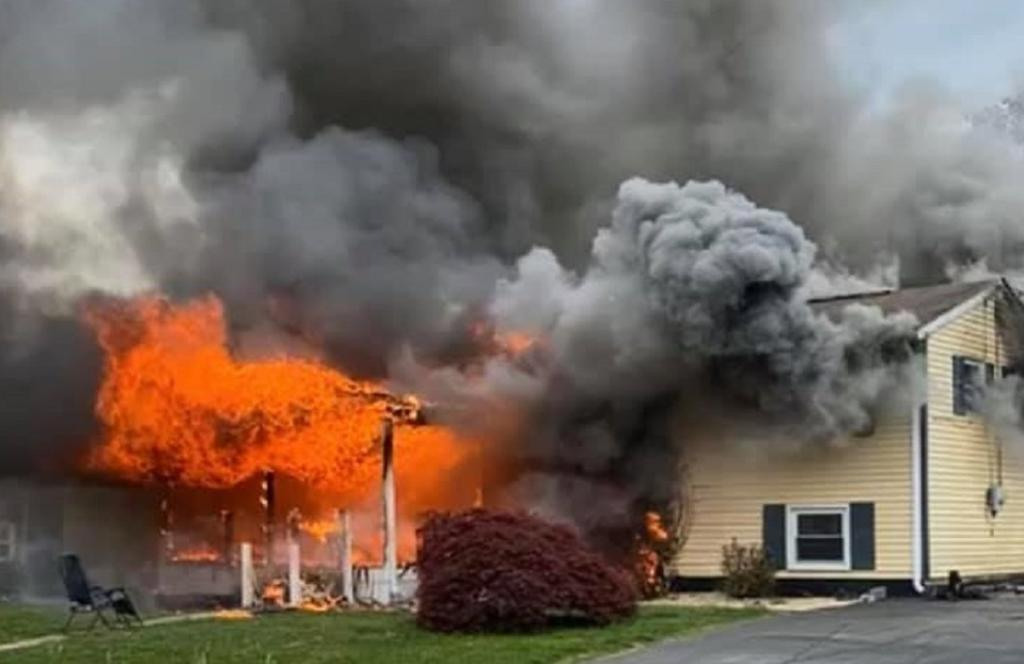 Mujer prende fuego a una casa y se sienta a ver cómo se incendia