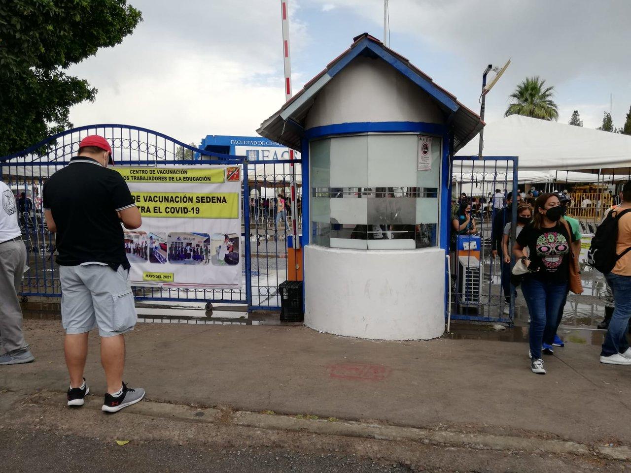 Lluvia no para jornada de vacunación antiCOVID en Gómez Palacio