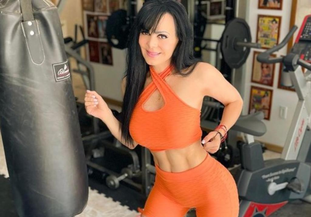 Maribel Guardia presume su escote en cámara lenta