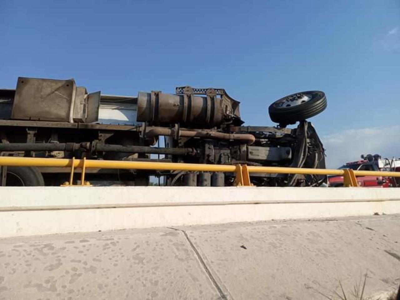 Vuelca una pipa sobre la autopista Durango-Gómez Palacio
