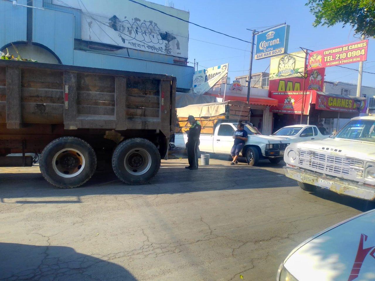Chocan camión materialista y camioneta en Gómez Palacio