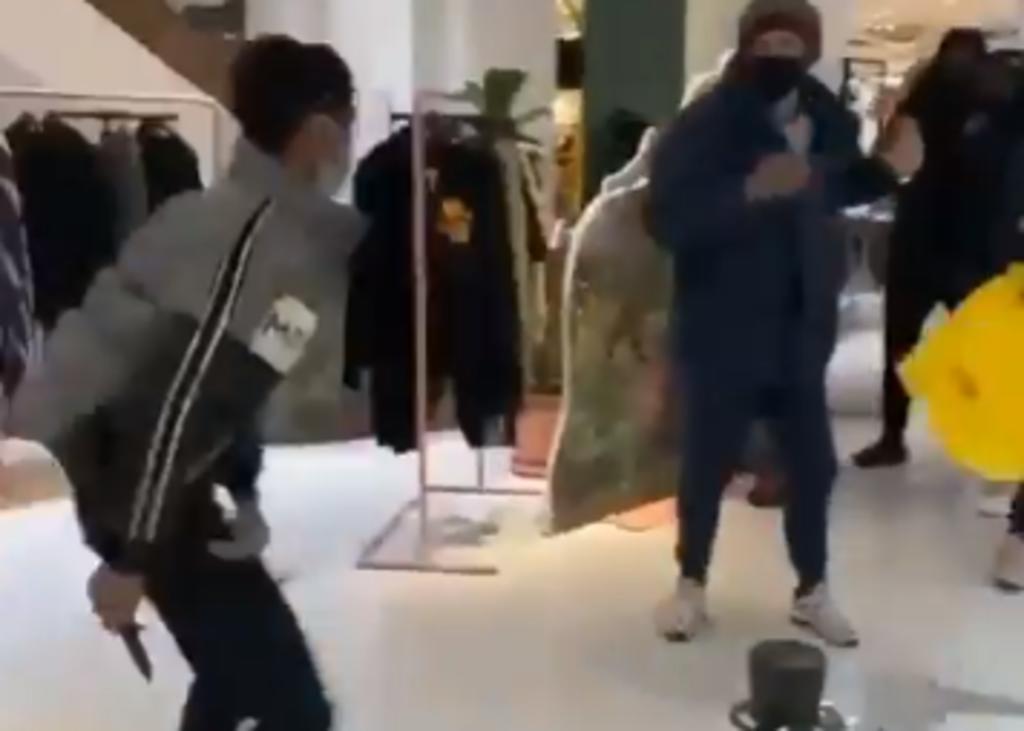Se desata pelea en centro comercial y apuñalan a un hombre