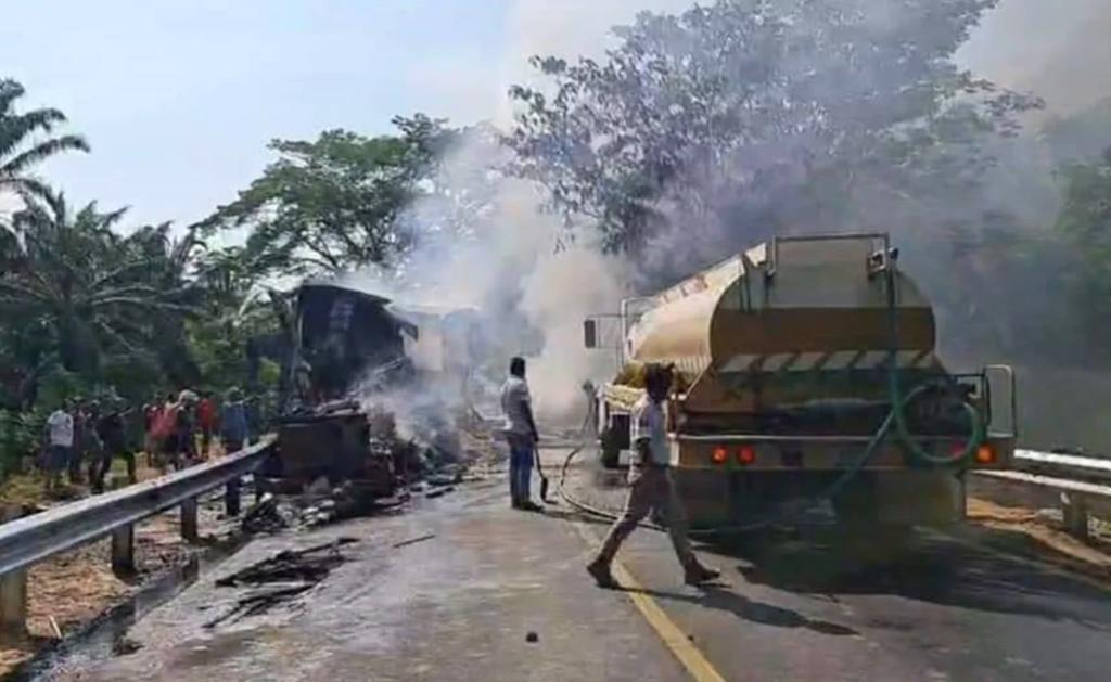 Mueren dos personas tras choque entre tráileres en Chiapas