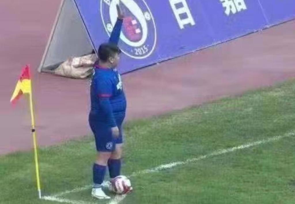 Millonario compra equipo de futbol para 'debutar' a su hijo de 126 kg