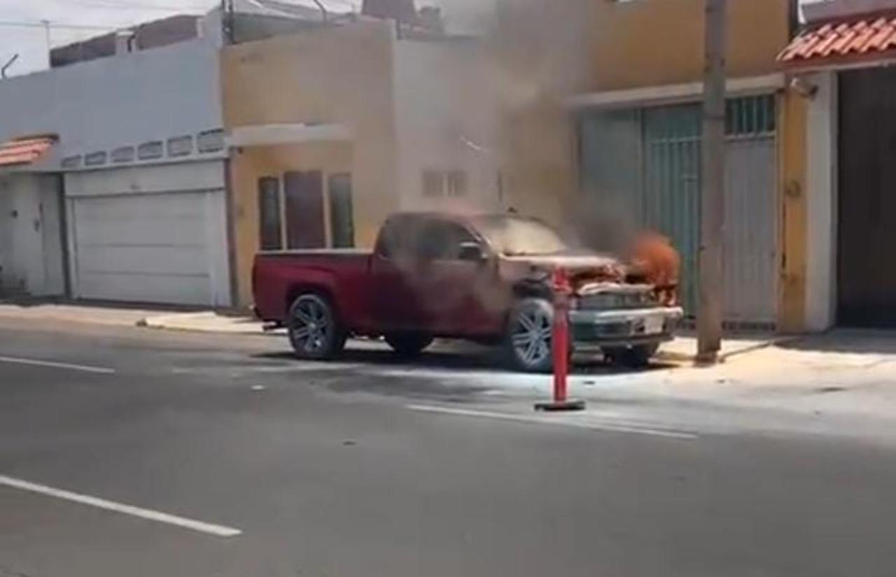 Arde camioneta en avenida Libertad