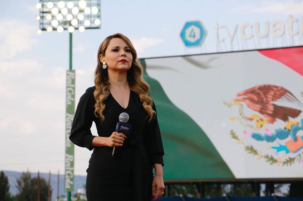 Marisol Castillo olvida el Himno Nacional en juego inaugural de Unión Laguna