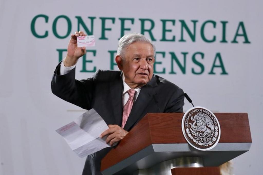 AMLO exhibe tarjeta que entregan en Guadalajara