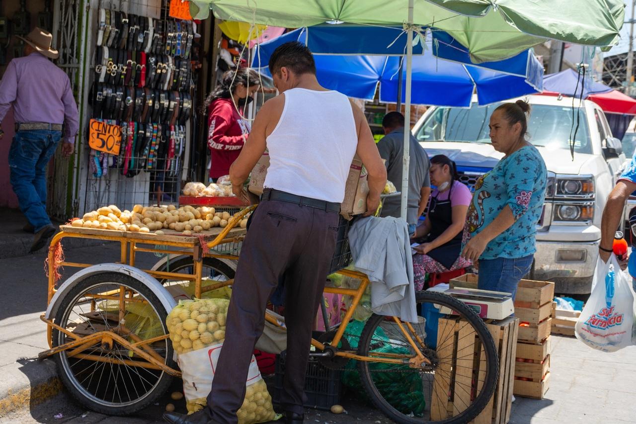 Comercio invade arroyo vehicular
