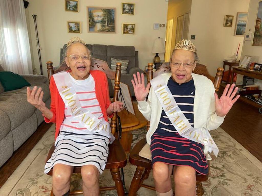 Comunidad se une para celebrar el cumpleaños número 100 de unas gemelas