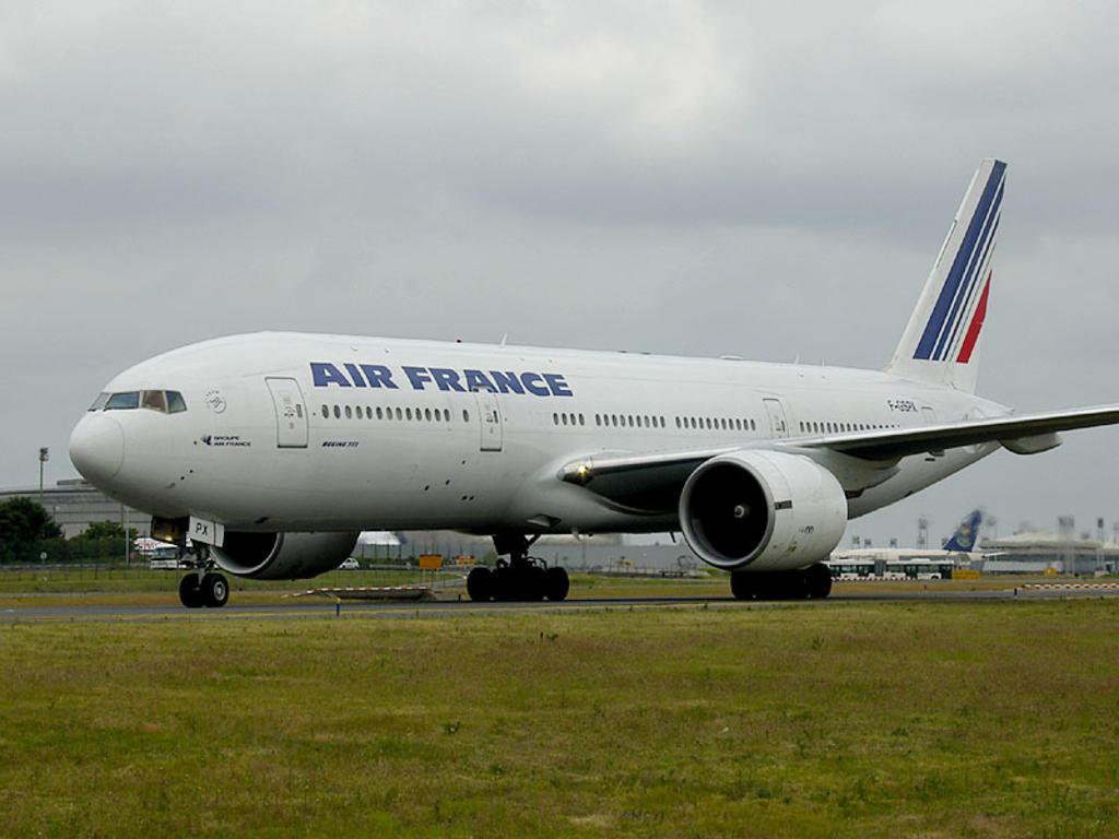 Avión llegado de Chad es aislado en París; sospechan de bomba a bordo