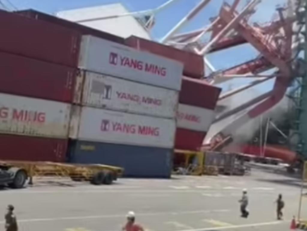 Grúas colapsan sobre puerto tras el choque de un buque