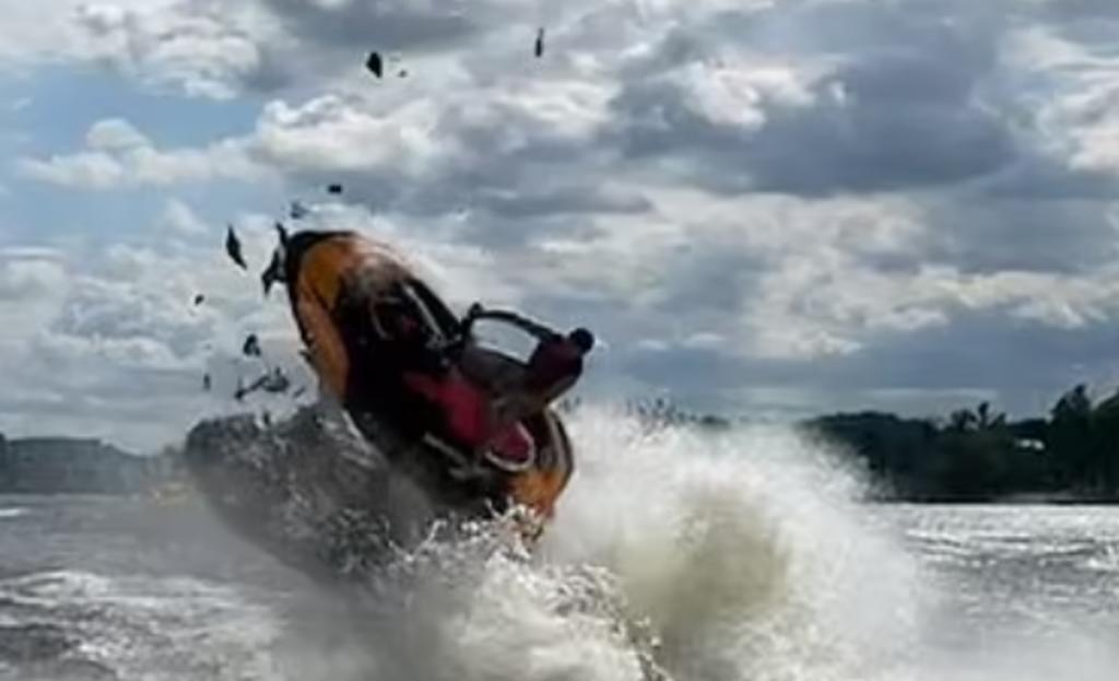 Captan aparatoso choque de frente entre dos motos acuáticas en un río
