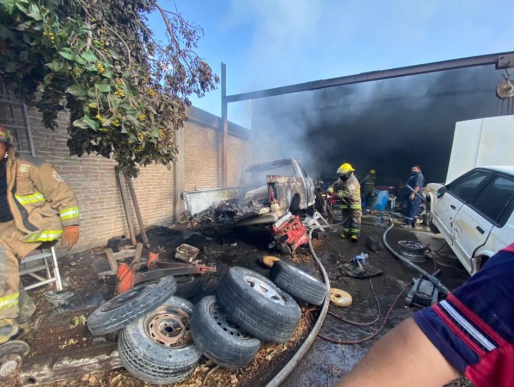 Incendio en taller consume vehículos