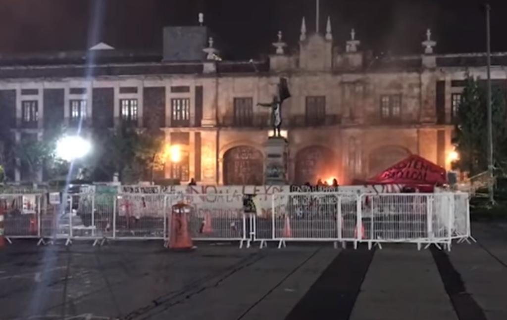 Feministas prenden fuego a fachada del Congreso en  Estado de México