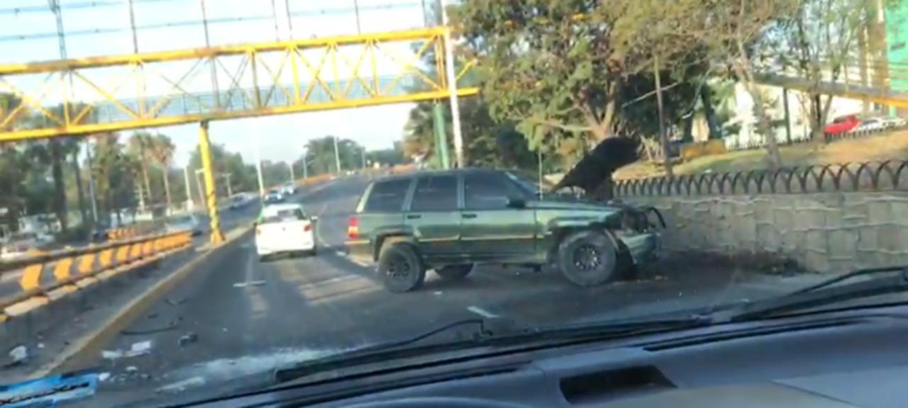 Camioneta choca contra objeto fijo en concurrido bulevar
