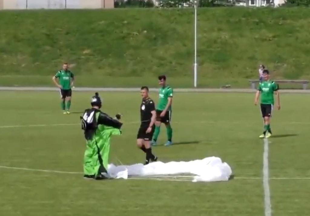 Paracaidista interrumpe partido de fútbol