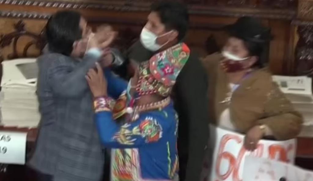 Diputados y Senadora bolivianos recurren a los golpes durante Asamblea Legisaltiva