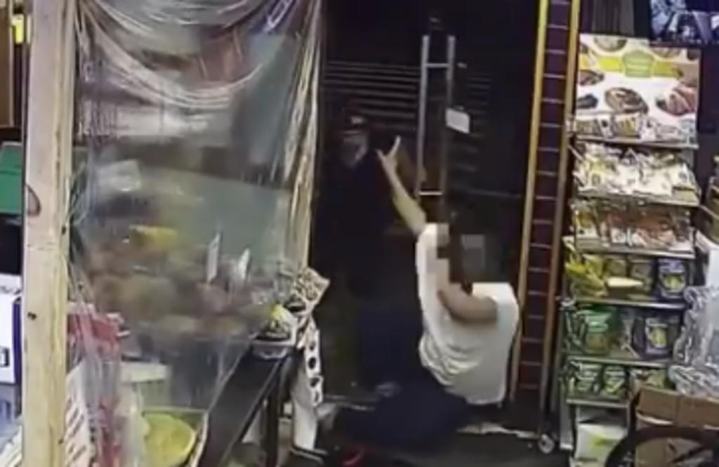Hombres golpean con un bate a empleado de tienda que les reclamó por robar cerveza