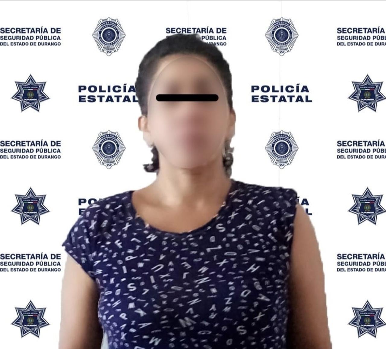 Detienen a mujer por amenazar con un cuchillo a esposo e hijos