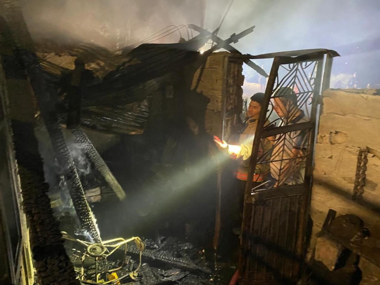 Fuerte incendio acaba con vivienda en Santiago Papasquiaro