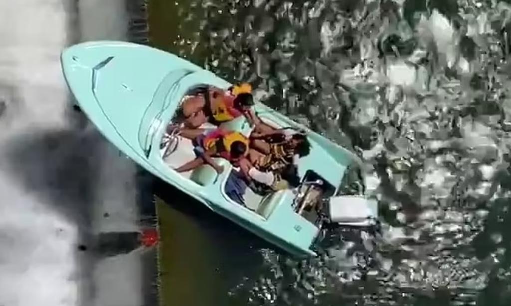 Bote lleno de turistas queda colgando al borde del muro de una presa