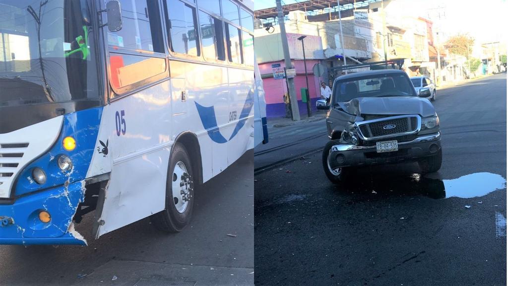 Camioneta choca con camión en el Centro de Torreón