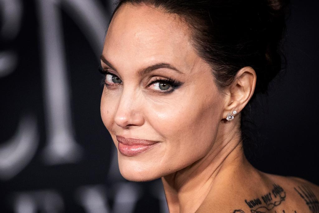 Captan a Angelina Jolie visitando a 'Jonny' Lee Miller, su exmarido