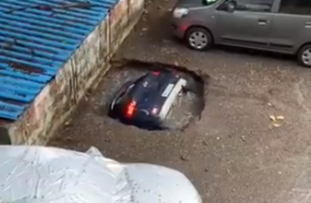 Sumidero se 'traga' a un auto estacionado en cuestión de segundos
