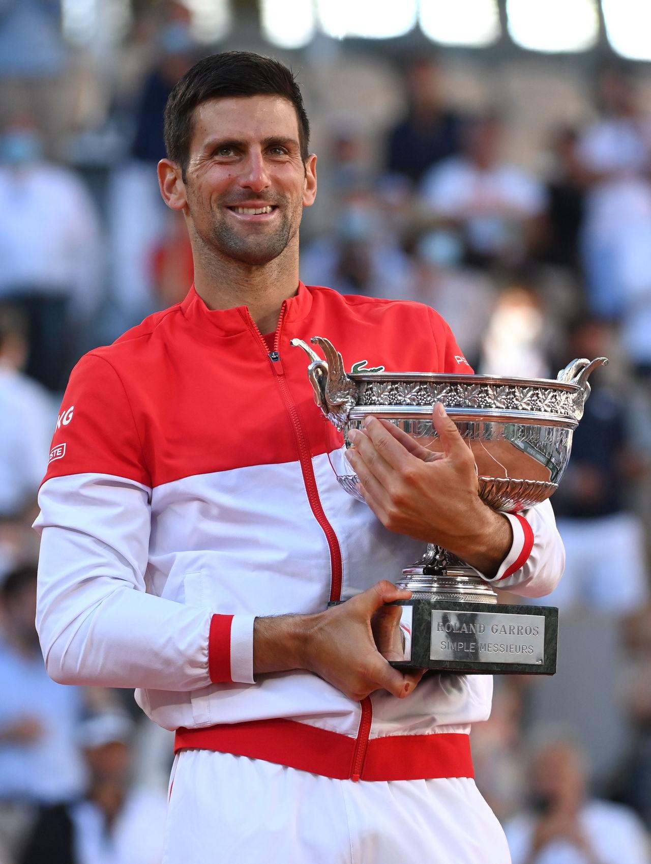 Djokovic remonta y conquista Francia
