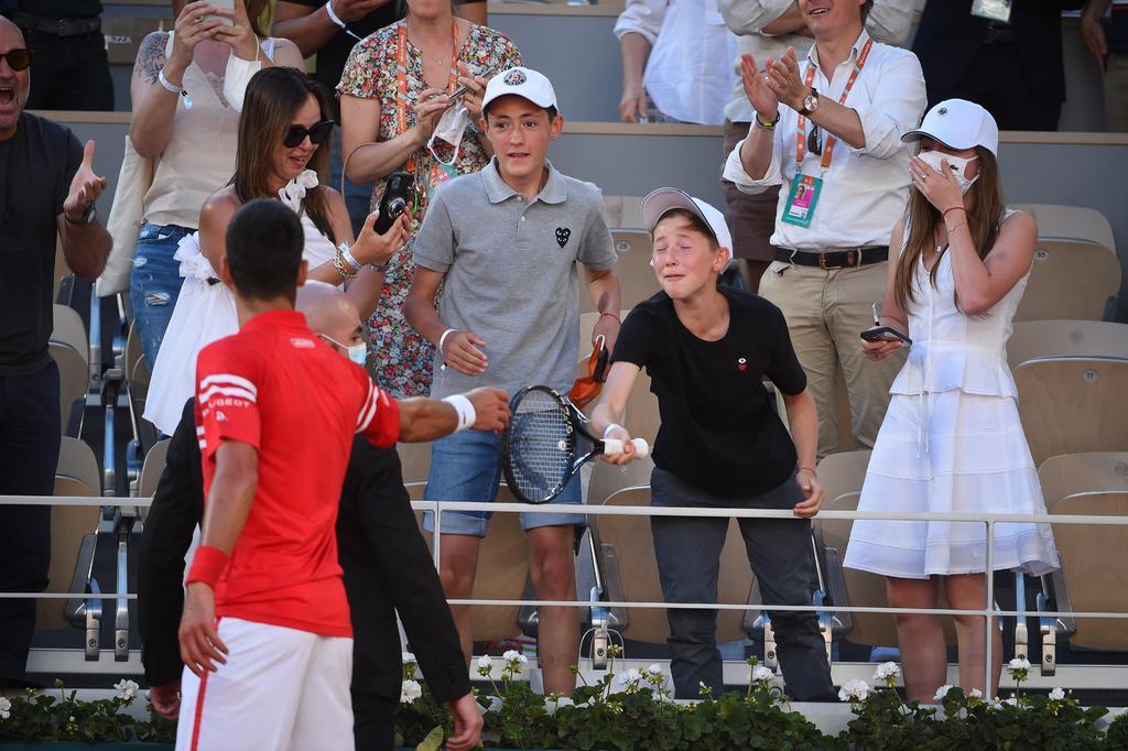 Novak Djokovic regaló su raqueta a niño mexicano tras ganar en Roland Garros