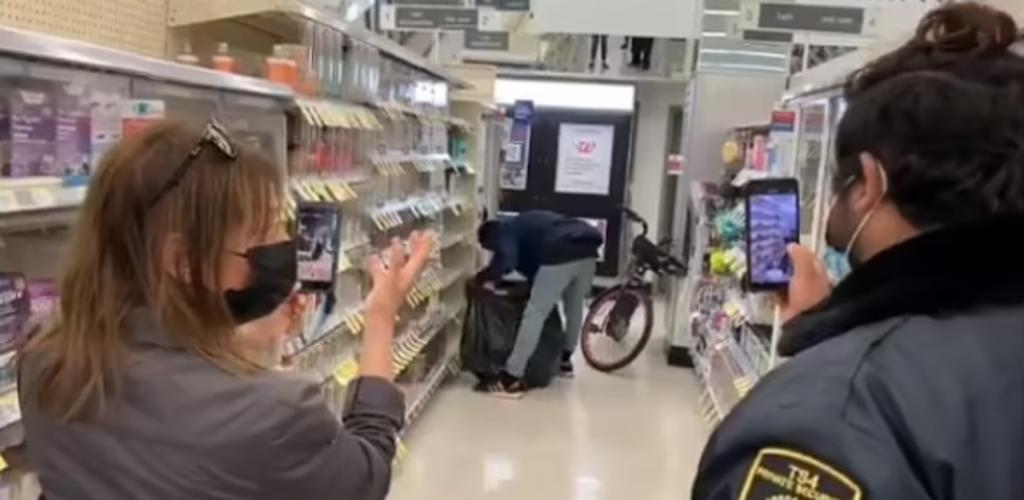 Ladrón llena bolsa de basura con productos y huye del la tienda 'como si nada'