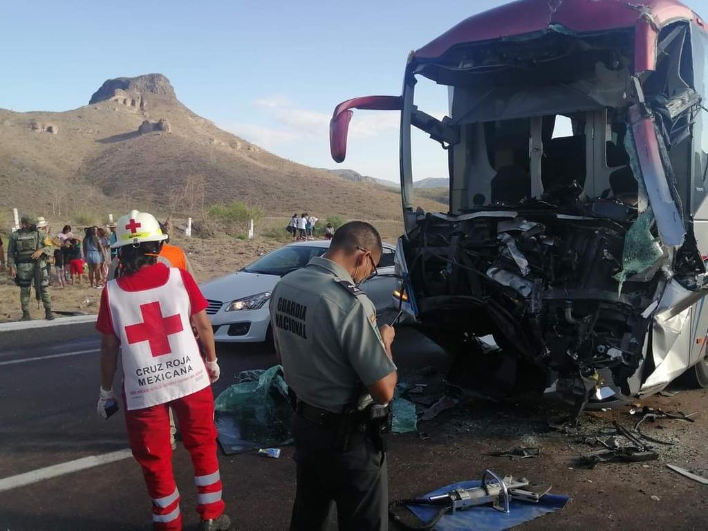 Chocan autobús de pasajeros y tráiler en autopista Gómez Palacio-Durango