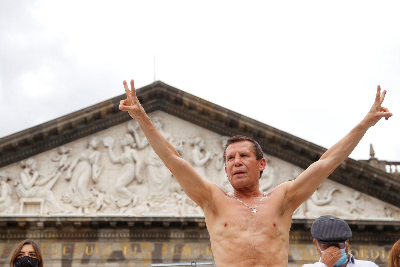 A los 58 años Julio César  Chávez cumple en la báscula para su pelea de exhibición